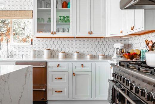 Je lepšia svetlá kuchyňa alebo tmavá?